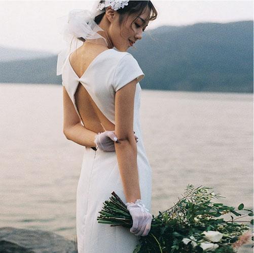 Đầm cưới dáng suông thoải mái với điểm nhấn cut out lưng trần ấn tượng